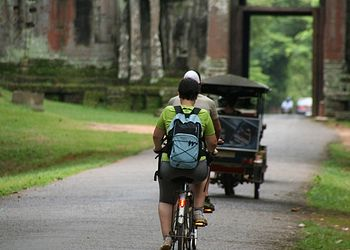 Voyage à vélo Cambodge : Des temples d\'Angkor à Battambang en vélo, à pied et en bateau